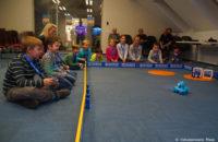 An der dritten Station können die Studenten mit einem echten Roboter ineragieren