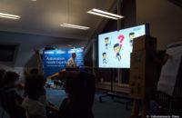 Der Professor führt die jungen Studenten zusammen mit seinem Gehilfen Robbi durch das Thema der Vorlesung